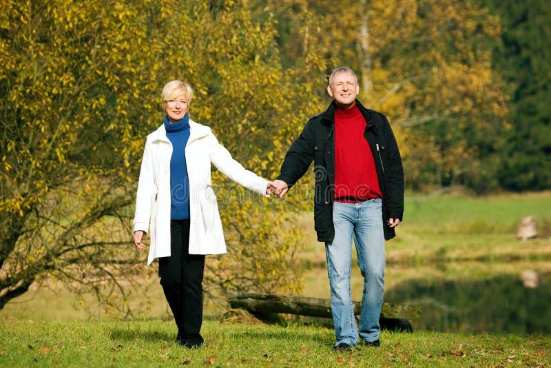 Rijp romantisch paar in een park stock afbeeldingen