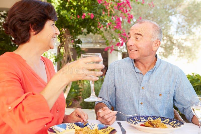 Rijp Spaans Paar die van Openluchtmaaltijd thuis genieten royalty-vrije stock foto