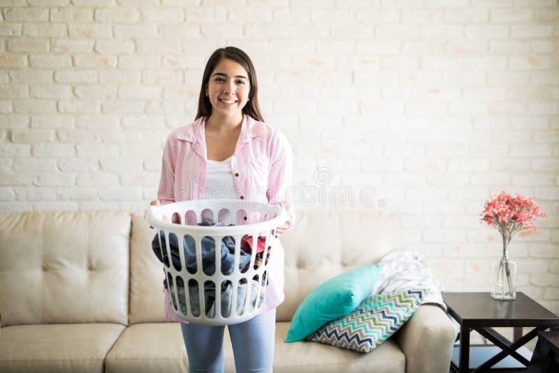 Rijp Vrouw die Wasserij doet royalty-vrije stock afbeelding