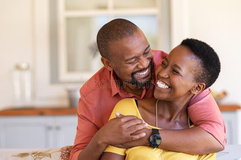 Rijp zwart paar in liefde het lachen stock fotografie