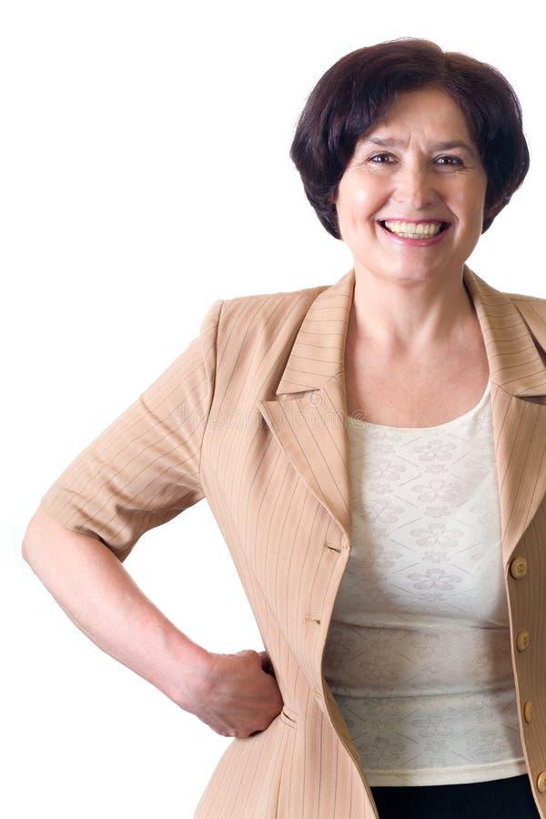 Rijpe aantrekkelijke glimlachende secretaresse of geïsoleerdeb bedrijfsvrouw royalty-vrije stock afbeelding