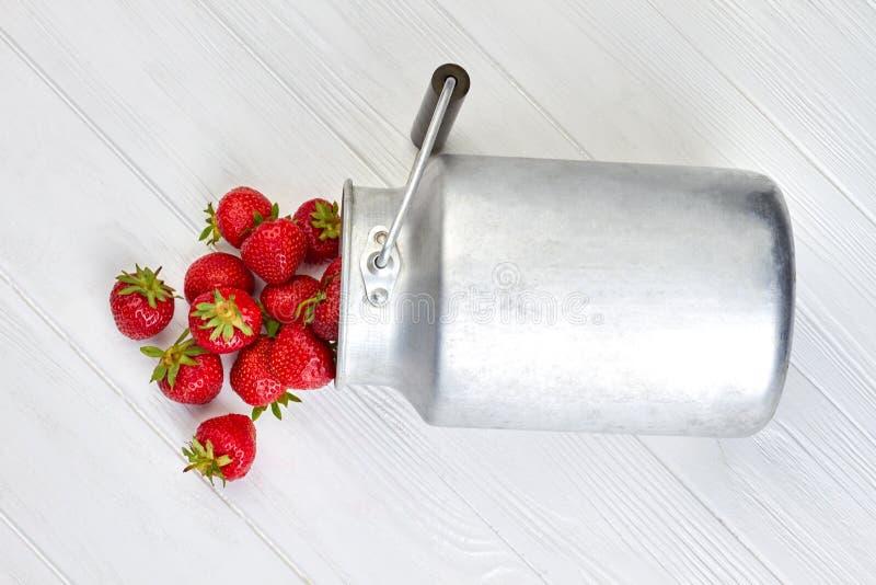 Rijpe aardbeien en uitstekende metaalpot stock foto's