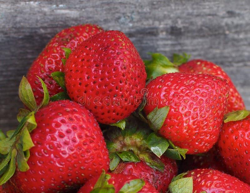 Rijpe Aardbeien in Gele Kom royalty-vrije stock foto