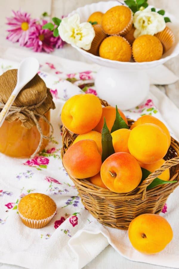 Rijpe abrikozen in de mand royalty-vrije stock foto's