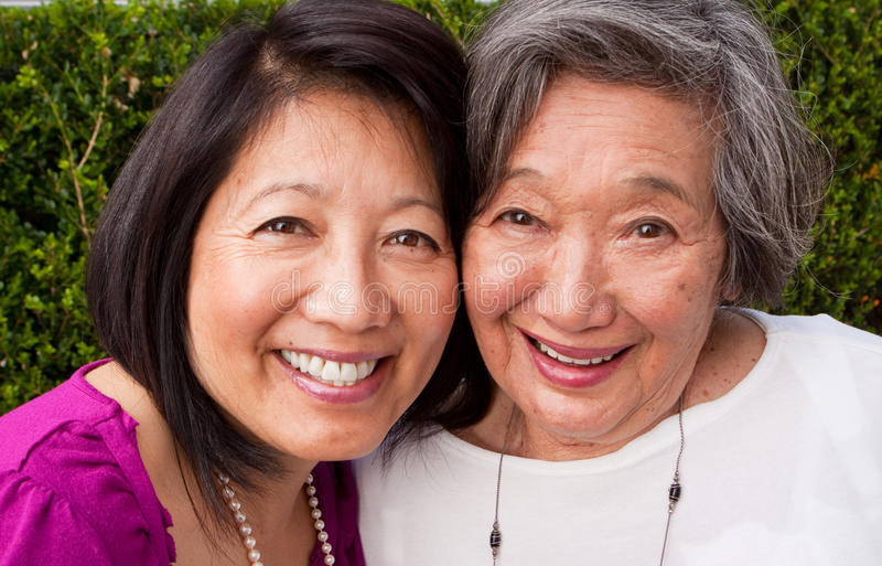 Rijpe Aziatische moeder en haar volwassen dochter stock afbeelding
