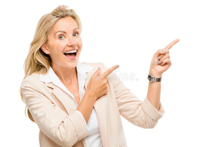 Rijpe bedrijfsvrouw die het lege exemplaar ruimte geïsoleerd glimlachen richten royalty-vrije stock foto