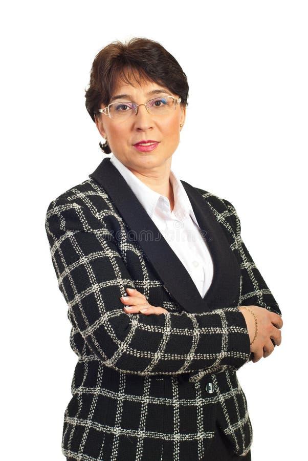 Rijpe bedrijfsvrouw met gevouwen wapens royalty-vrije stock foto's