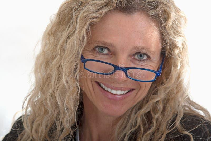 rijpe bedrijfsvrouw met glazen royalty-vrije stock fotografie