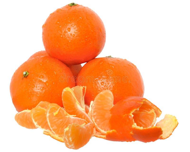 Rijpe besnoeiing en plak geïsoleerde mandarijnen stock foto