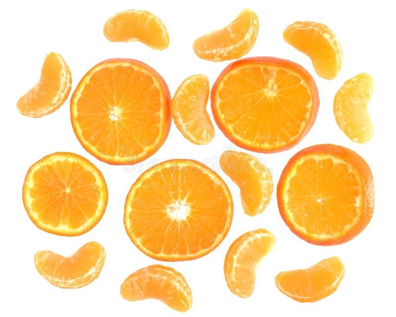 Rijpe besnoeiing en plak geïsoleerde mandarijnen hoogste mening stock foto's