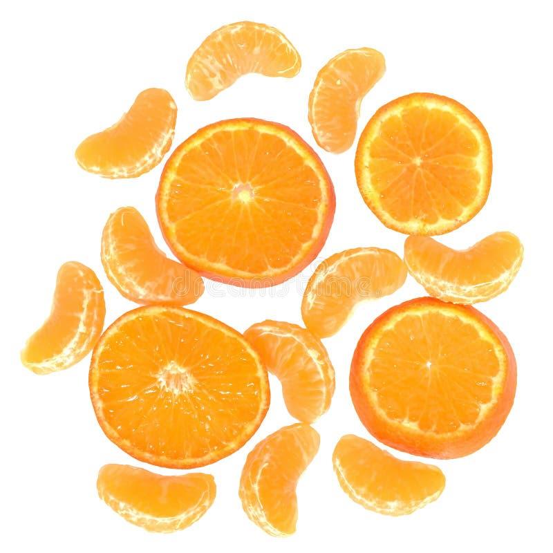 Rijpe besnoeiing en plak geïsoleerde mandarijnen hoogste mening stock foto