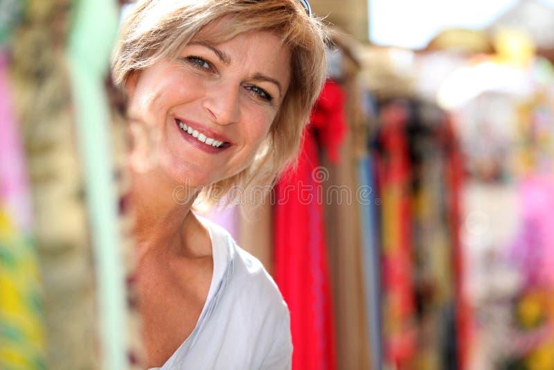Rijpe dame bij markt stock fotografie
