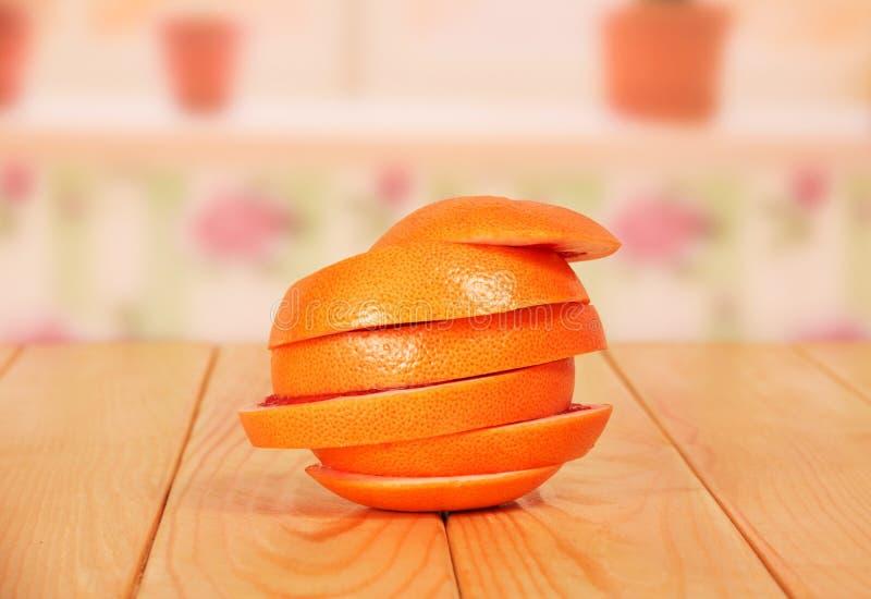Rijpe die grapefruit, besnoeiing in cirkels, als één close-up op worden gevouwen stock afbeelding
