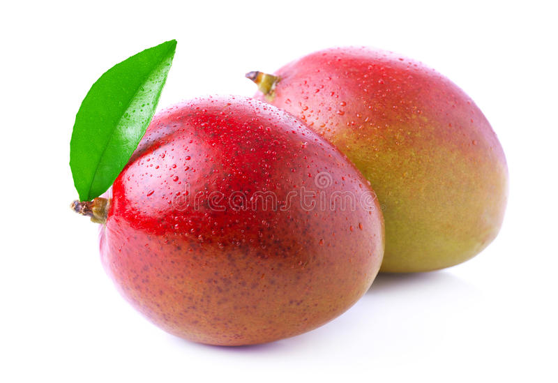 Rijpe die mango op wit wordt geïsoleerd stock foto's