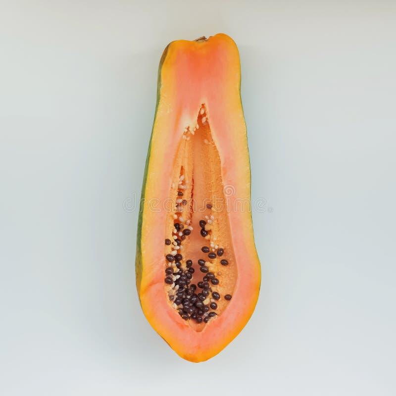 Rijpe die papaja half op de witte achtergrond wordt geïsoleerd stock foto's