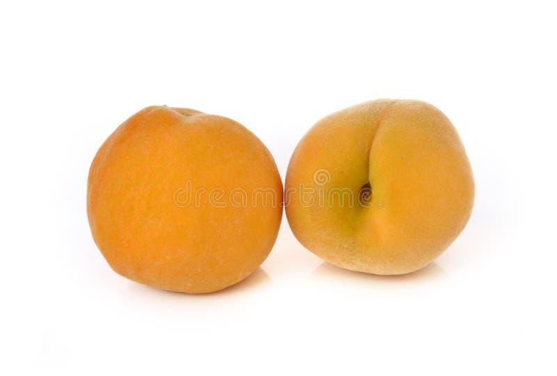 Rijpe die perzik op wit wordt geïsoleerd stock fotografie