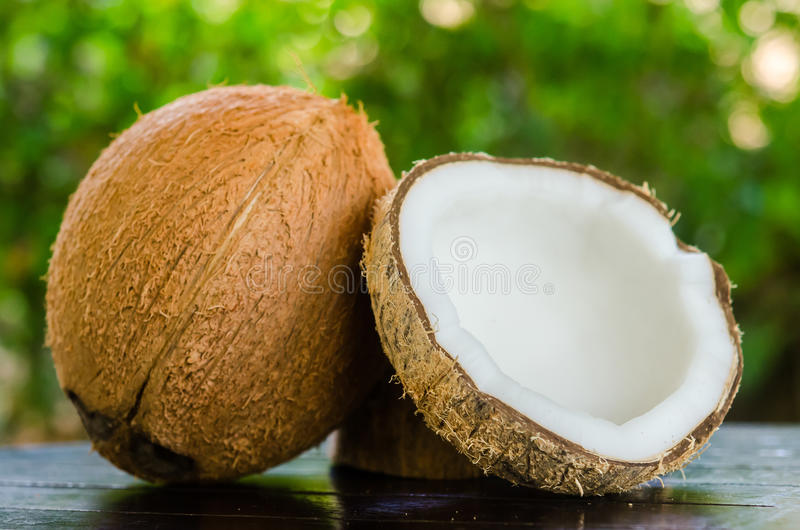 Rijpe en open kokosnoten stock fotografie