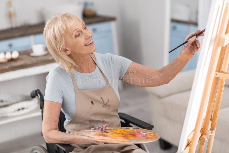 Rijpe gehandicapte vrouw die haar talent ontwikkelen royalty-vrije stock afbeelding