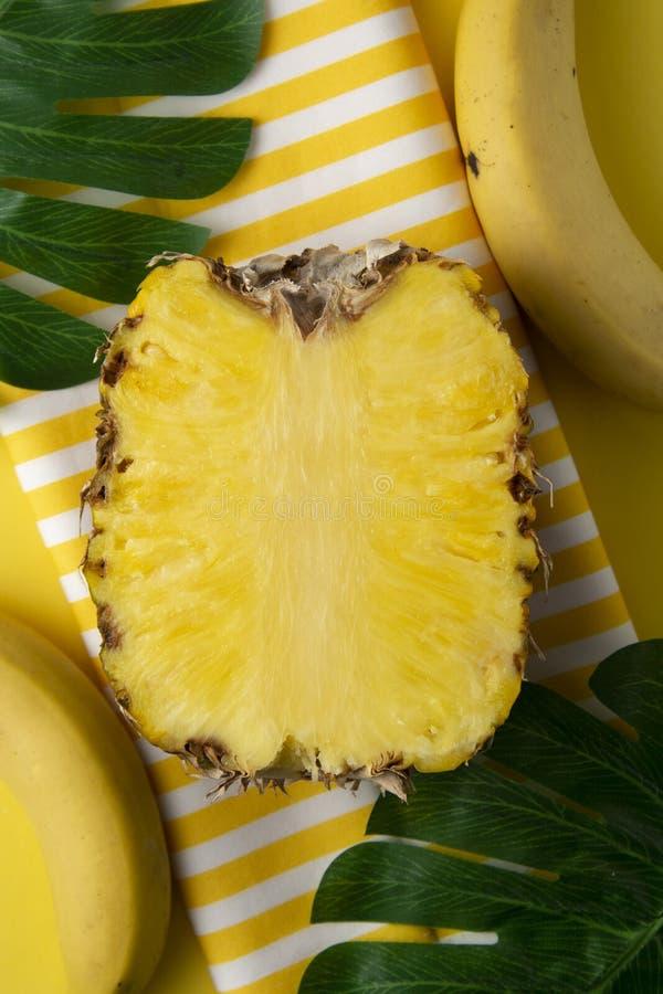 Rijpe gehele ananas die op gele achtergrond wordt geïsoleerd De zomersamenvatting, vakantie De ruimte van het exemplaar royalty-vrije stock afbeelding