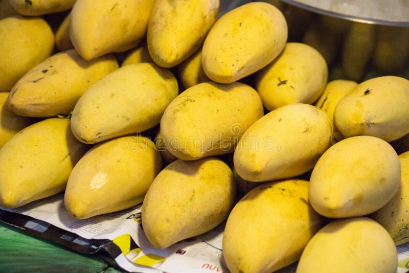 Rijpe gele mango's stock foto's