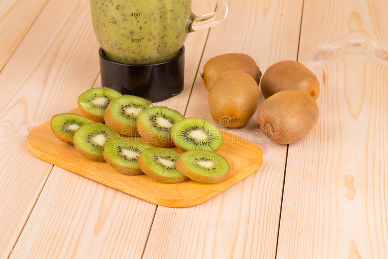 Rijpe gesneden kiwi en mixer stock afbeelding
