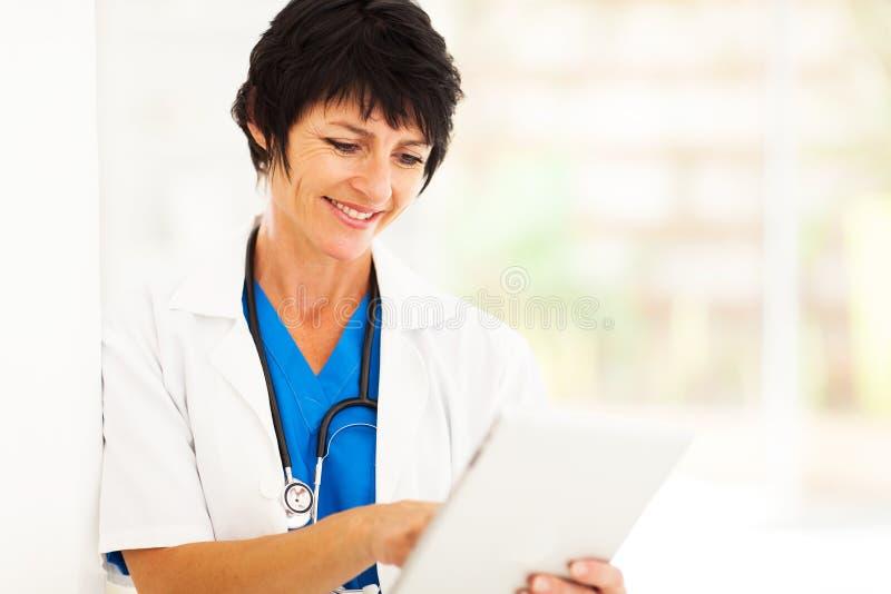 Rijpe gezondheidszorgarbeider stock foto