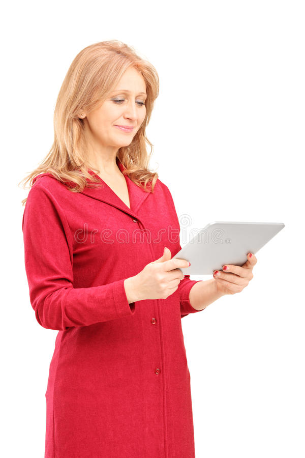 Rijpe glimlachende vrouw die tablet bekijken royalty-vrije stock foto's