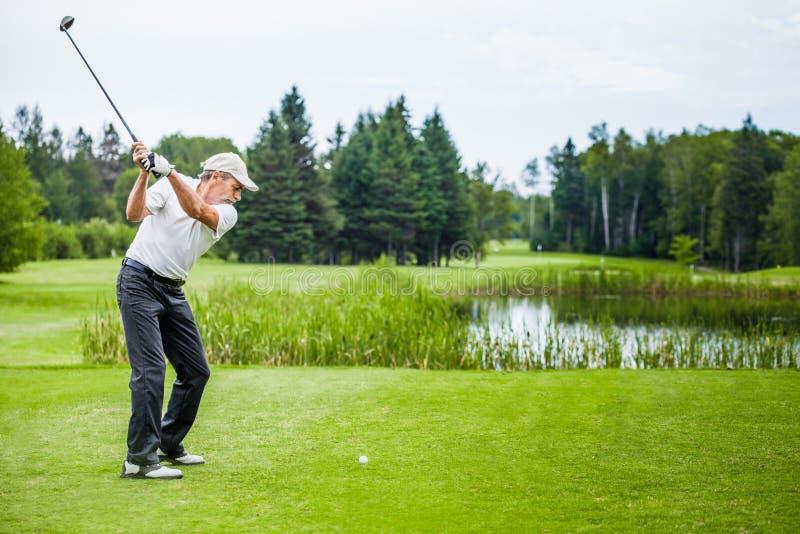 Rijpe Golfspeler op een Golfcursus royalty-vrije stock fotografie