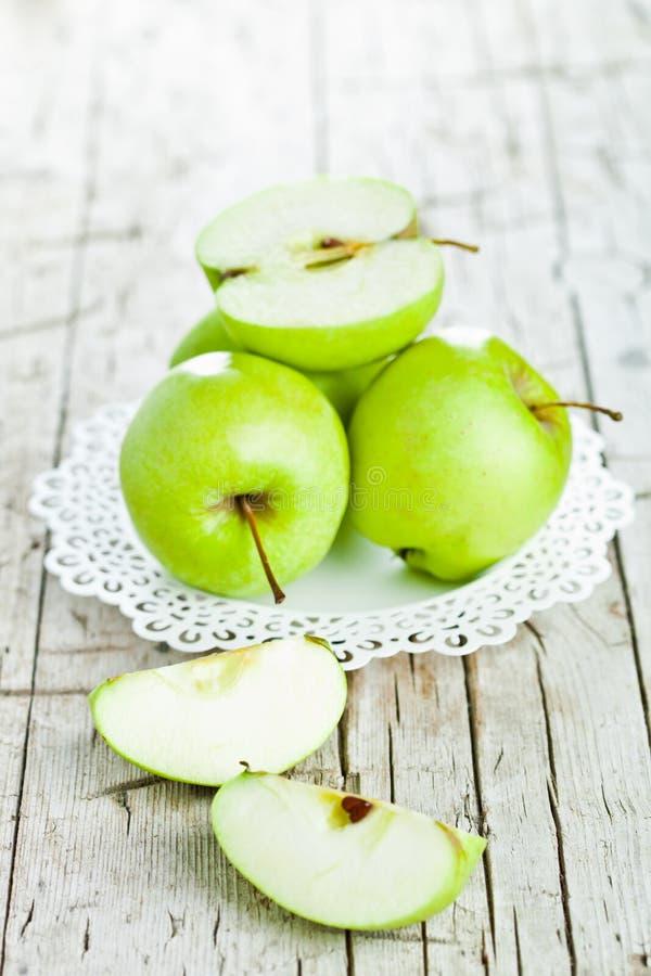 Download Rijpe Groene Appelen In Een Plaat Stock Afbeelding - Afbeelding bestaande uit plaat, half: 39113471