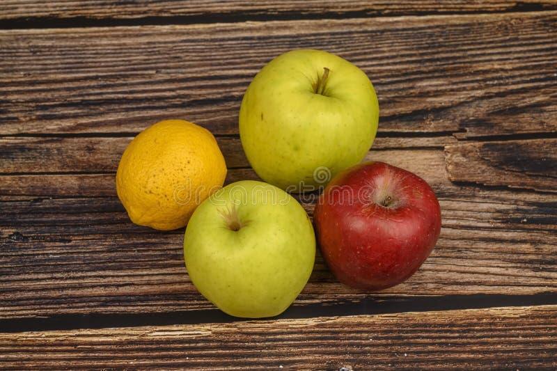 Rijpe groene en rode appelen op een houten lijstachtergrond royalty-vrije stock fotografie