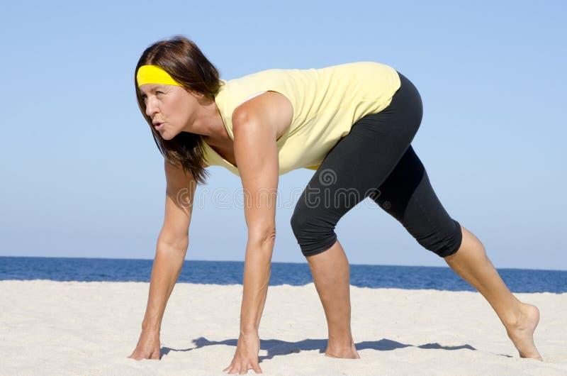 Rijpe het strandsport van de vrouwen actieve pensionering royalty-vrije stock foto's