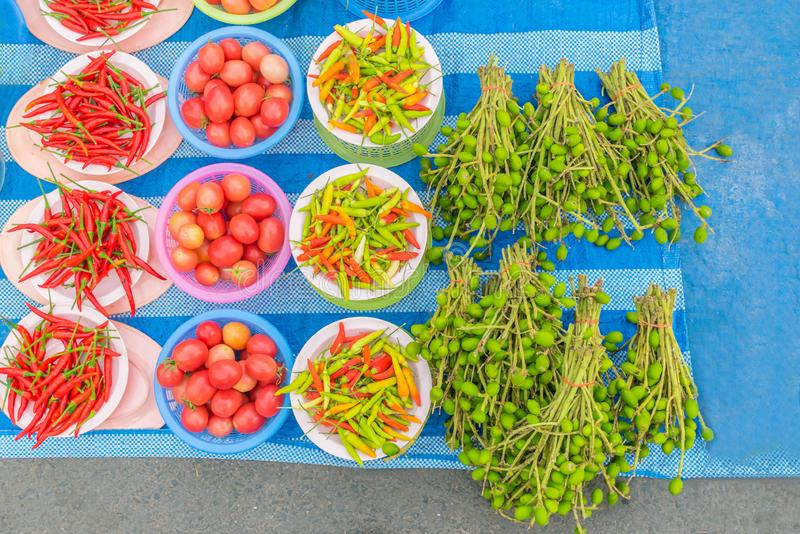 Rijpe hete Spaanse peper, mild fruit van mango De goedkope plantaardige producten voor verkoop in de lokale markt in Thailand stock fotografie