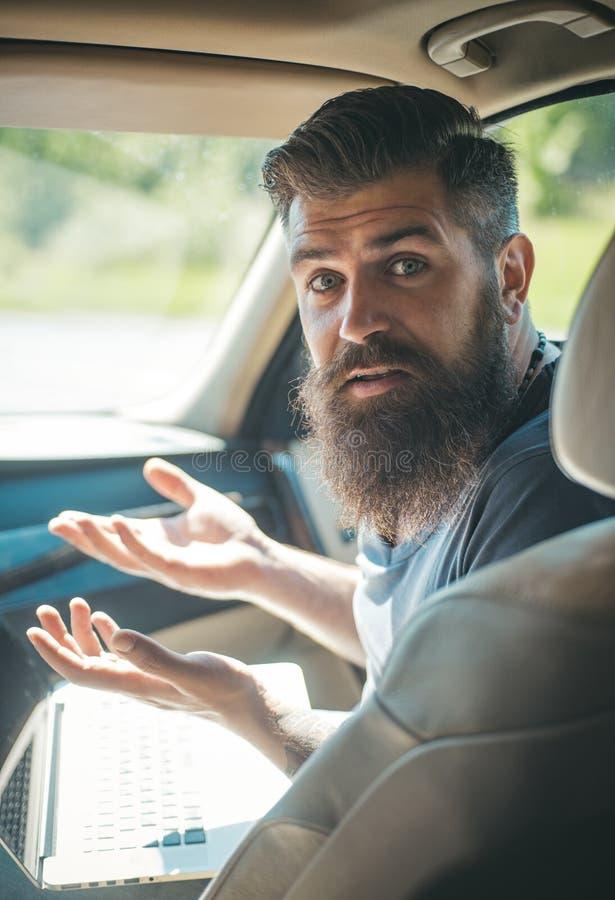 Rijpe hipster met baard Zijnd laat Meknes minaret-1 Gebrek aan tijd deadline Brutale Kaukasische hipster met snor mannetje stock fotografie