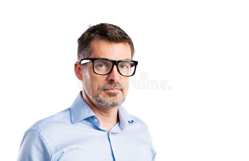 Rijpe hipstermens in blauw overhemd Geïsoleerd studioschot stock foto's