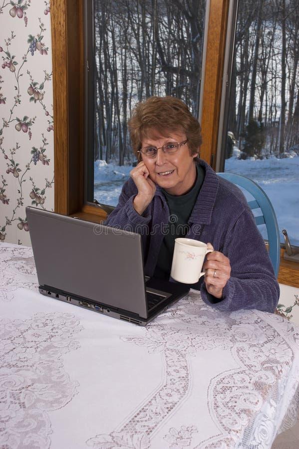 Rijpe Hogere Vrouw die Laptop Computer met behulp van royalty-vrije stock foto