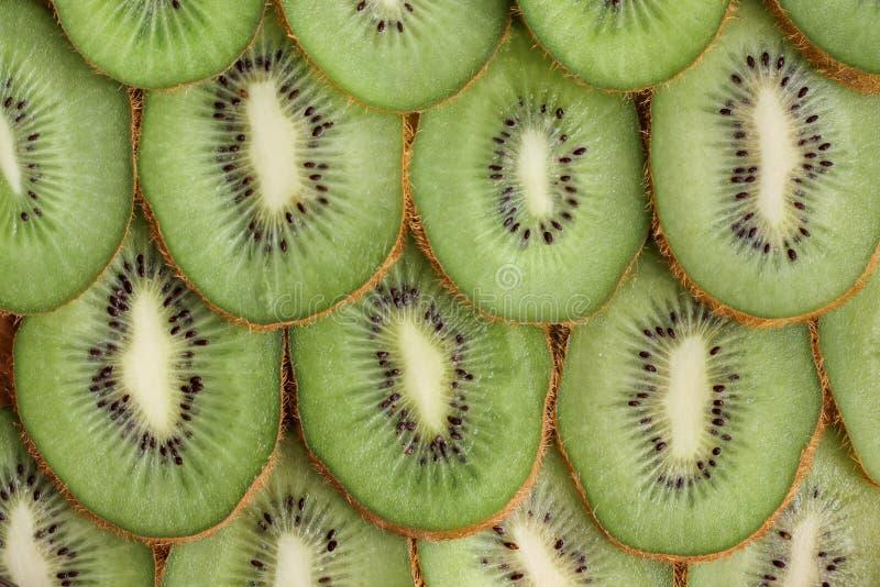 Rijpe kiwi in een besnoeiing stock afbeelding