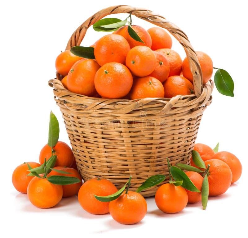 Rijpe mandarijnen met bladeren in een mand royalty-vrije stock foto's