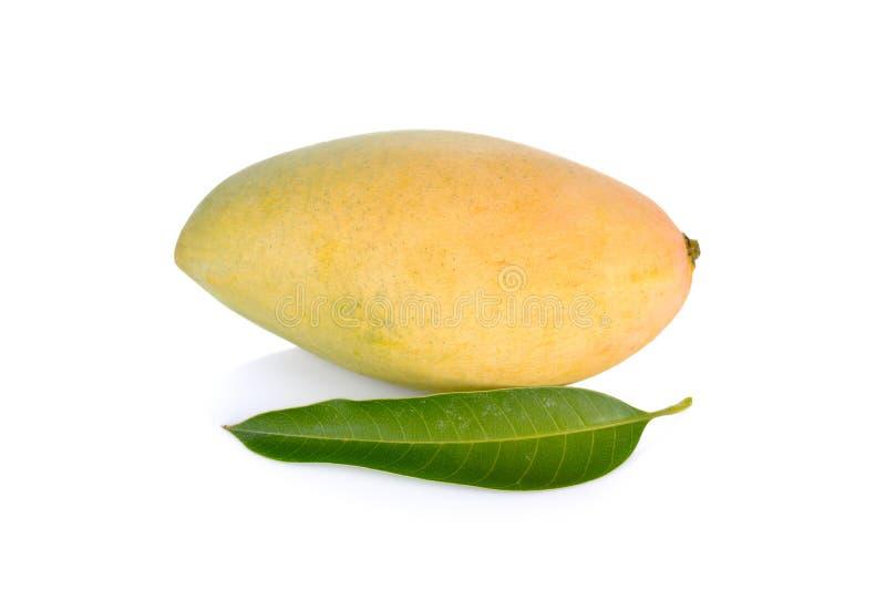 Rijpe mango met blad op witte achtergrond stock afbeelding