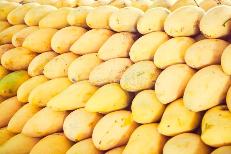 Rijpe mango op de Thaise markt royalty-vrije stock foto's
