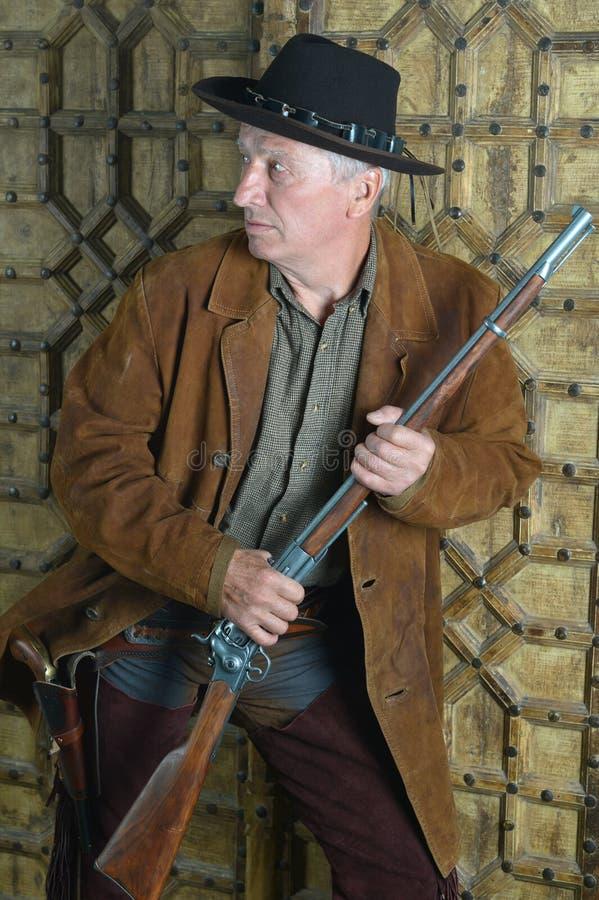 Rijpe mannelijke Bandiet met kanon stock foto's