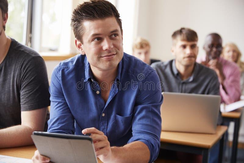 Rijpe Mannelijke Student With Digital Tablet in Volwassenenvormingsklasse royalty-vrije stock foto's