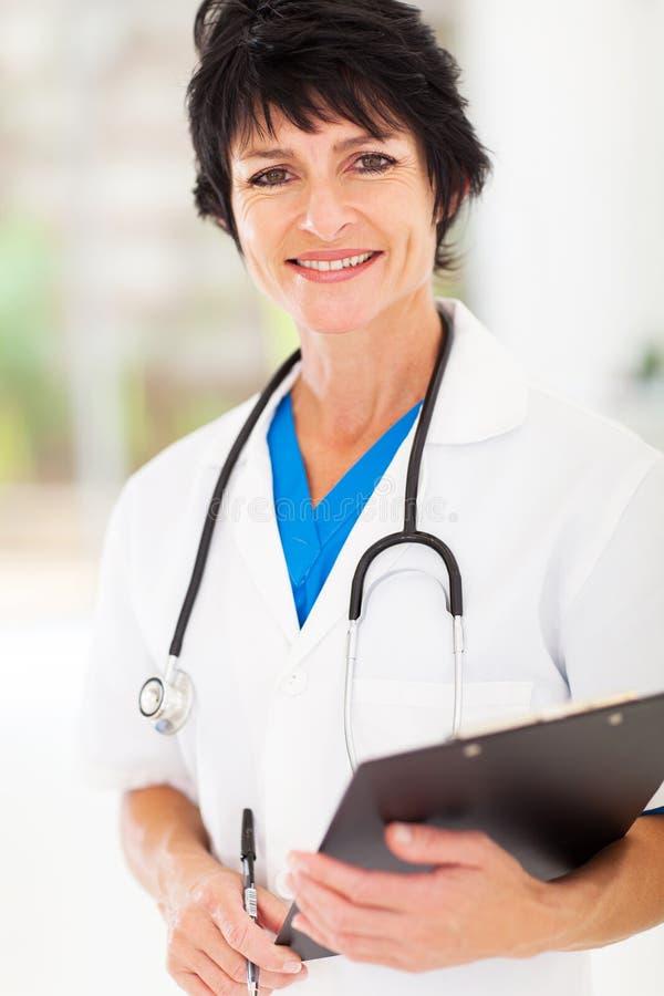 Rijpe medische verpleegster stock afbeelding