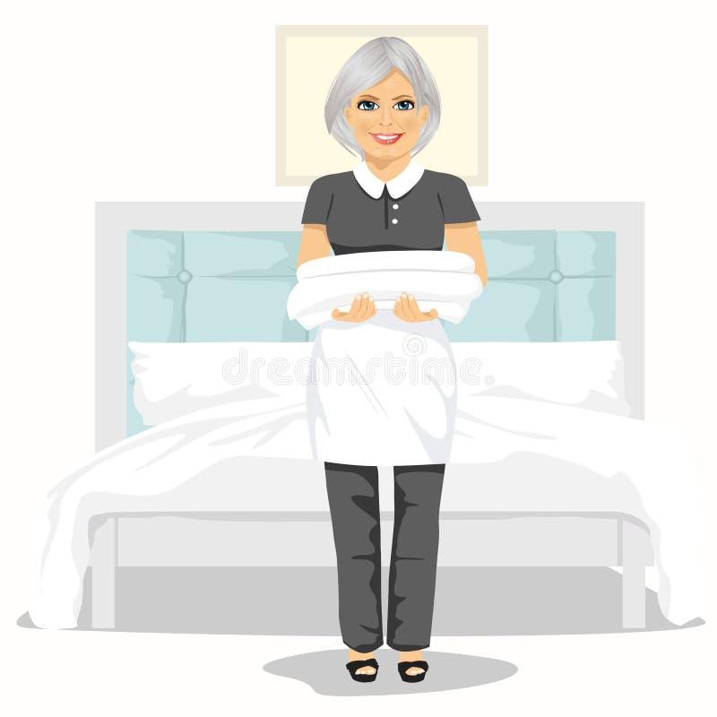 Rijpe meisjevrouw met handdoeken en bedbladen Huis het schoonmaken de dienstconcept stock illustratie