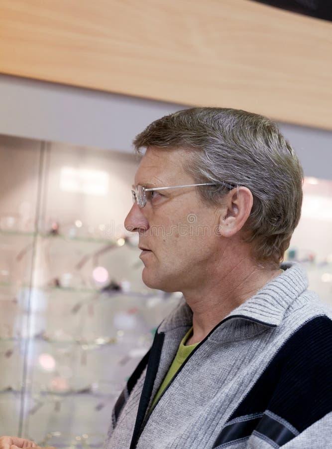 Rijpe mens die bril dragen stock fotografie