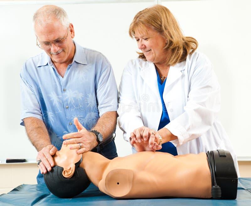 Rijpe Mens die CPR leren stock foto