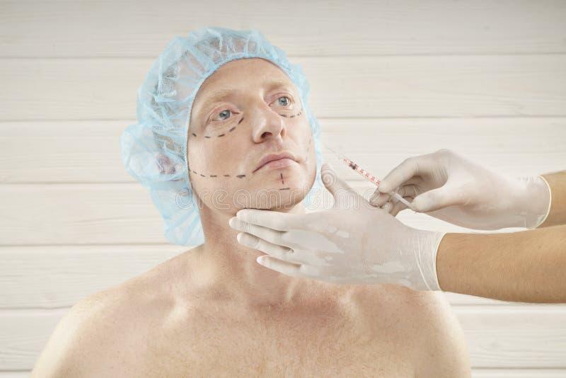 Rijpe Mens die Kosmetische Injectie met Spuit in Kliniek ontvangen royalty-vrije stock fotografie