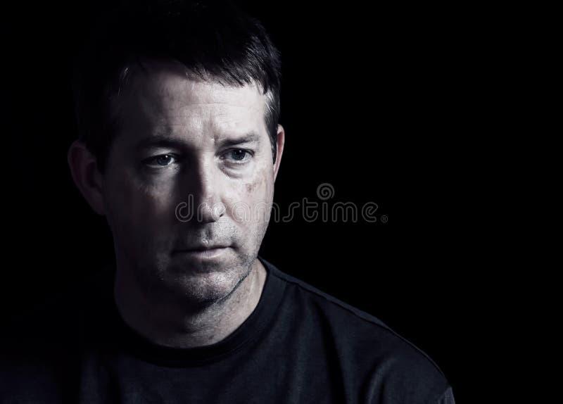 Rijpe mens die negatieve emoties op donkere achtergrond uitdrukken stock fotografie