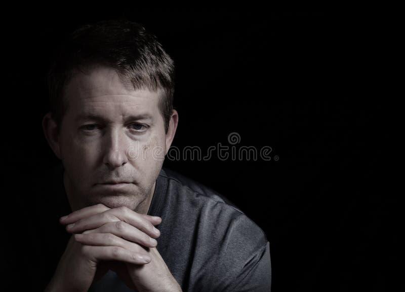 Rijpe mens met gedeprimeerde blik stock afbeeldingen