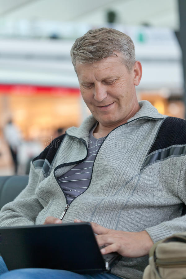 Rijpe mens met laptop royalty-vrije stock foto