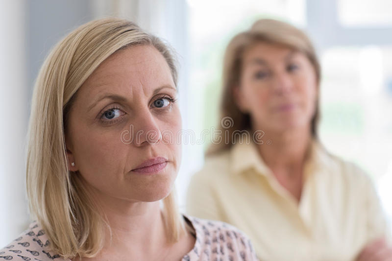 Rijpe Moeder Betrokken over Volwassen Dochter thuis stock foto